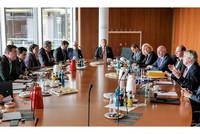 BU: Konsultationsgespräch Bundesvorstand dbb und tarifunion mit dem Bundestagsinnenausschuss: komba Bundesvorsitzender und stellvertretender Bundesvorsitzender dbb Ulrich Silberbach (3. von rechts), der neue  Vorsitzende des Innenausschusses Ansgar Heveling MdB (1. von links) und der bisherige Vorsitzende Wolfgang Bosbach MdB (Bildmitte). Inhalt des Gespräches war unter anderem die Bewältigung der Herausforderungen im Zusammenhang mit der Einreise von Flüchtlingen und Asylsuchenden. (Foto: © Jan Brenner, dbb)